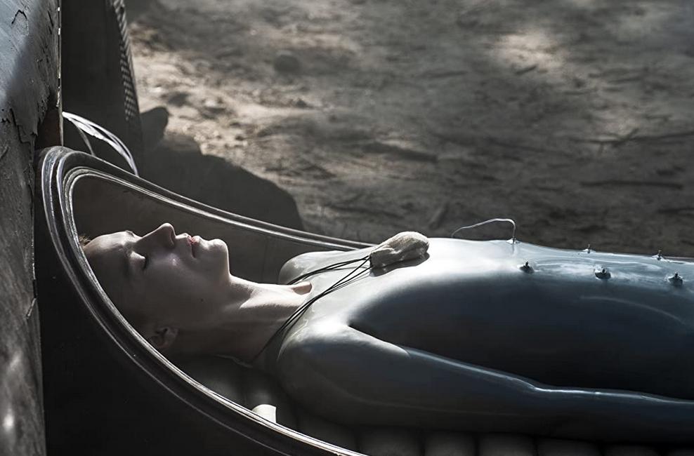 レイズド・バイ・ウルブスシーズン1第6話 ポッドで仮想空間を見るマザー