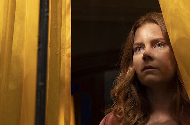 映画『The Woman in the Window』 窓から外を眺める主人公アナ・フォックス(エイミー・アダムス)