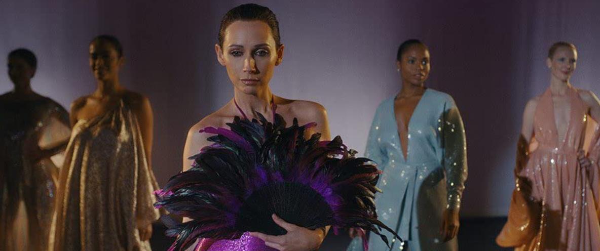 エルサたちがモデルとなったベルサイユ宮殿でのファッションショーの模様