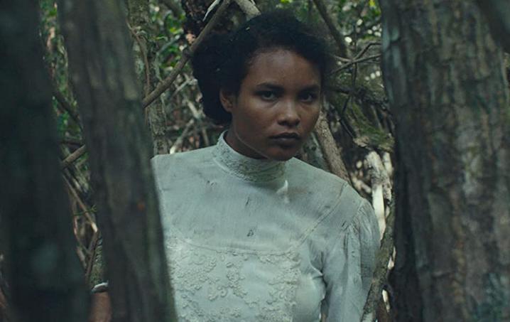密林を逃げる主人公アグネス 映画『悲哀の密林』