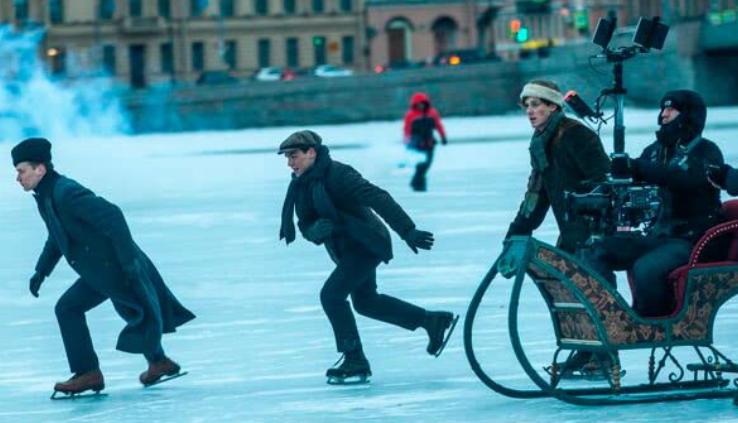 アイススケートの撮影をする『シルバー・スケート』のスタッフとキャスト