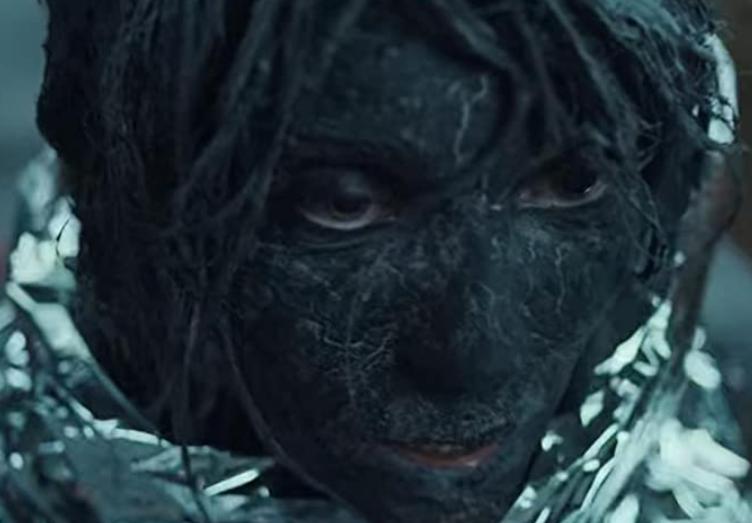 黒い灰にまみれた裸の女性