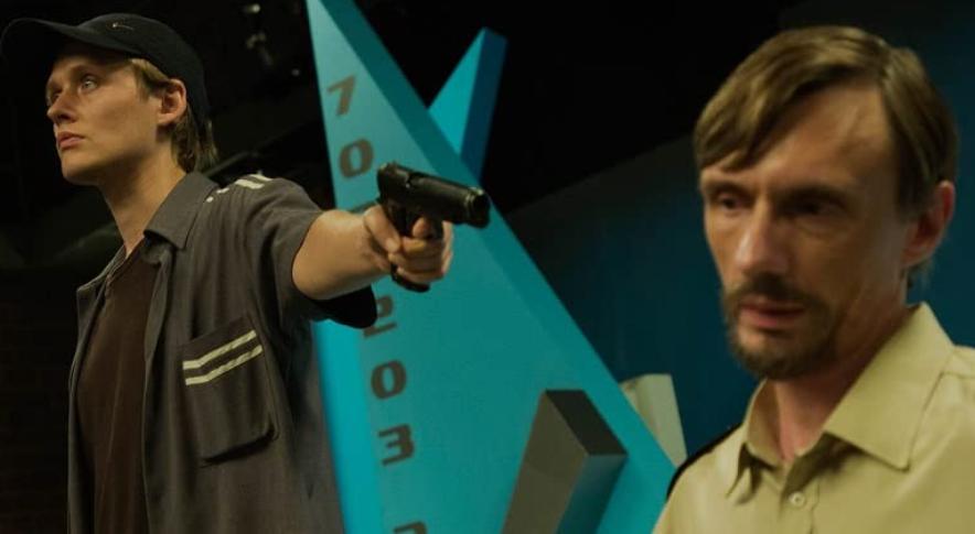 映画プライムタイム、銃を持ったセバスティアンと警備員グジェゴシュ