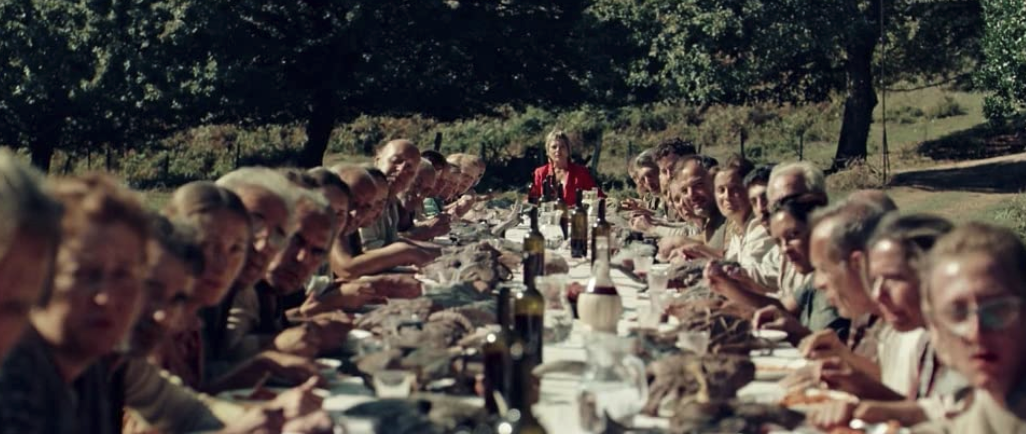 ボスの赤い服の女と食事をとる人々