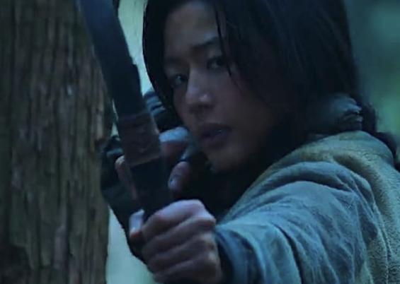 Netflix『キングダム:アシンの物語』ネタバレ 成長したアシンが弓を構えるシーン