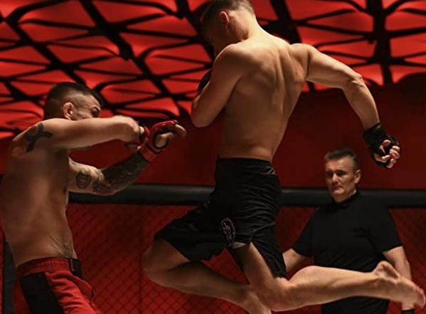 トマシュ・バルトコヴィアクに膝蹴りを入れるコンラッド・レペチ