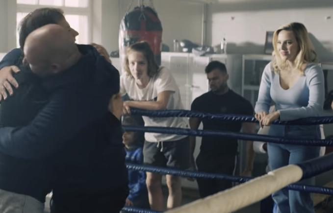 Netflix映画『バルトコヴィアク』ネタバレ トマシュと抱き合うコーチ