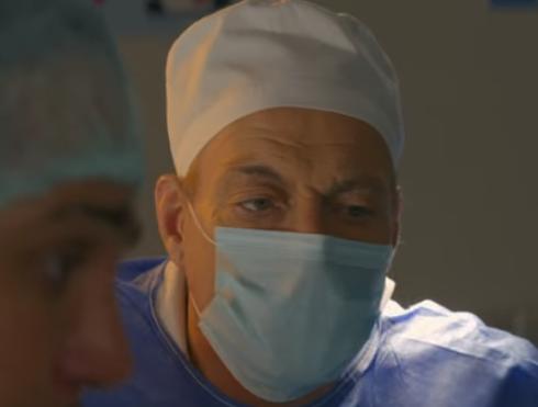 医者になりきったジャン=クロード・ヴァン・ダム