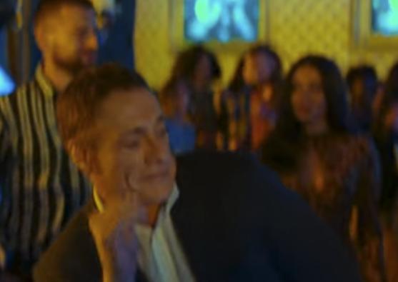 クラブで踊るヴァンダム