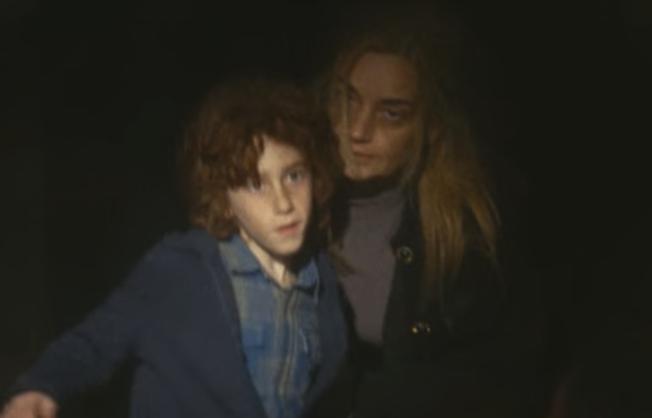 誘拐された少年ディモスと謎の女性射撃者