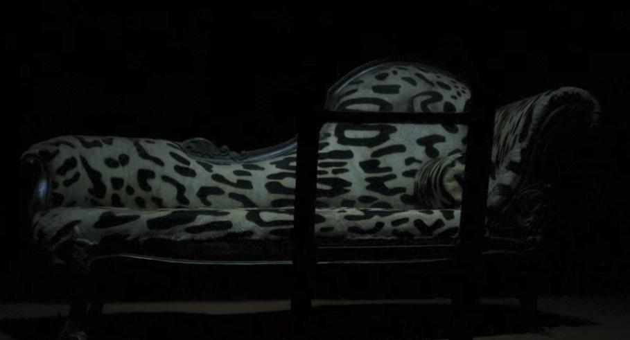 白いジャガーのソファー