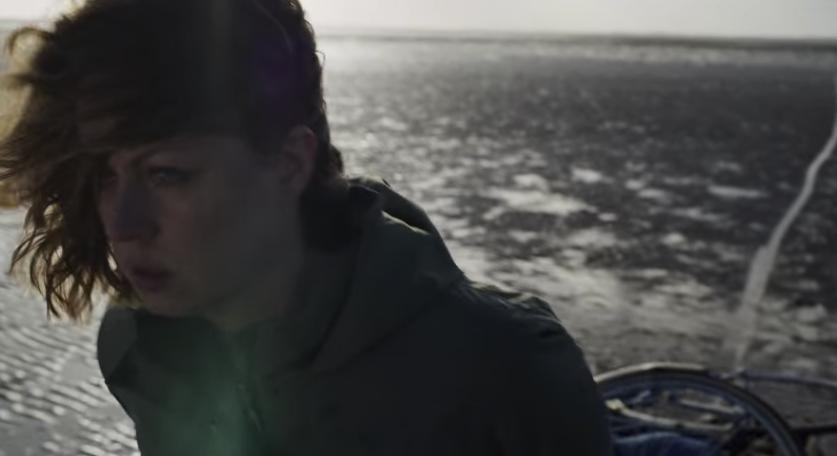 ニナの死体を干潟に捨てたヘレナ 映画『ブラック・アイランド』
