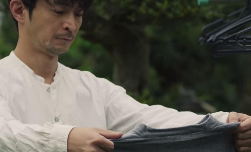 洗濯物の正しい干し方を実践する津田健次郎