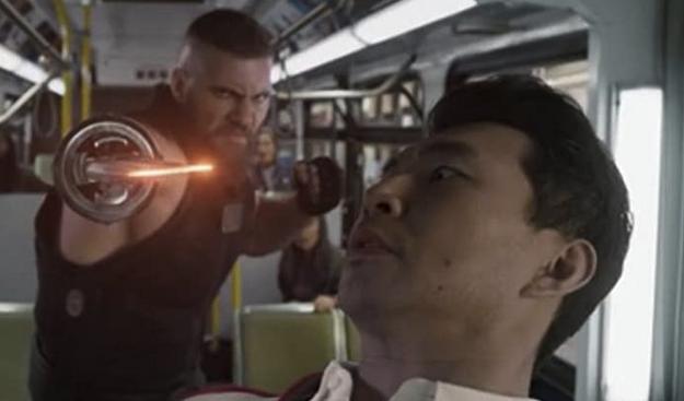 テン・リングスの暗殺者レーザー・フィストとシャンチーのバスの中でのカンフー格闘