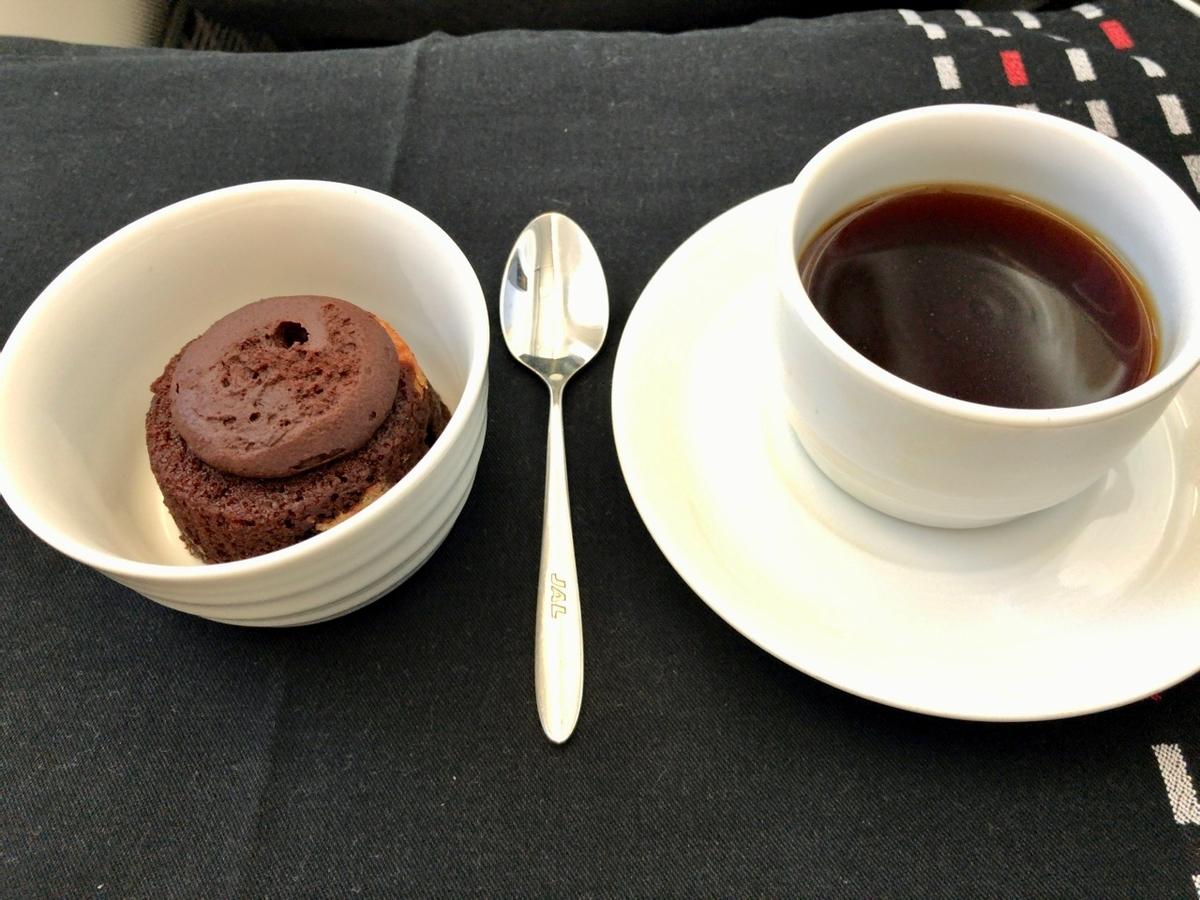 機内食その4 デザートのチョコレートケーキ