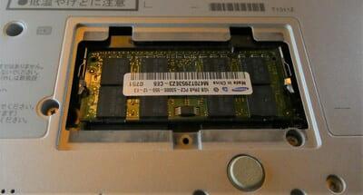 ノートPC底面のメモリスロット