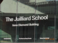 ジュリアード音楽院をバックに