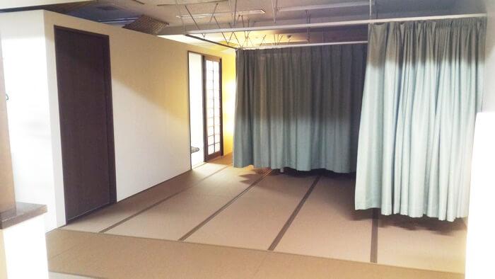 和モダン空間鍼灸院くらさろベッドルーム