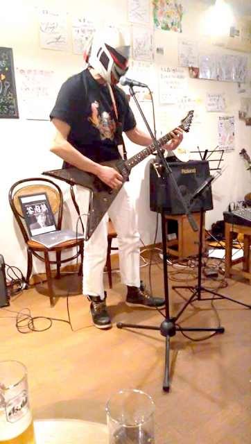 レフタカムイさんのギター弾いてるとこ