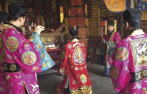 中国の玄妙観で祈祷