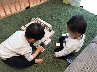 キュボロで遊ぶ子供たち