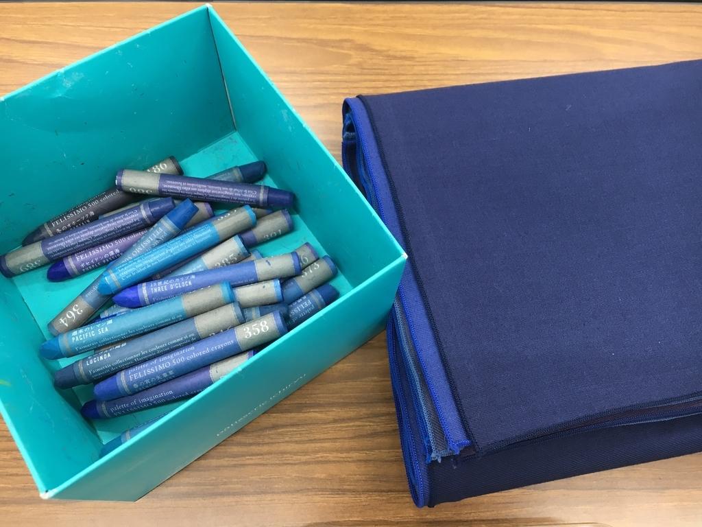 藍色のクレヨンとドレープ