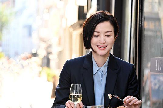 手長エビ料理を食べる倫子