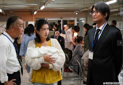 赤ちゃんを抱っこするミチル