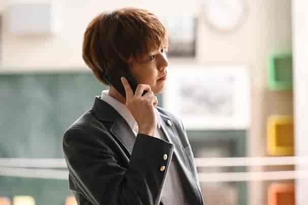 携帯で電話する生徒
