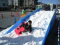 ソリで雪滑り