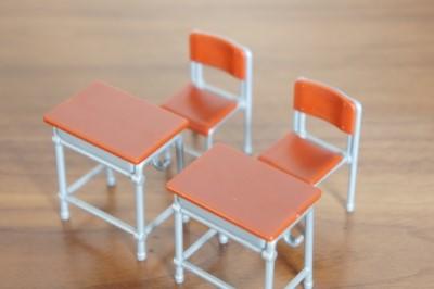 小学校で使う2組の椅子と机のミニチュア