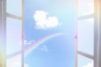 開け放した窓から見える青空と虹