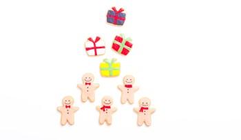 白い背景にプレセントと人形の形のクッキー