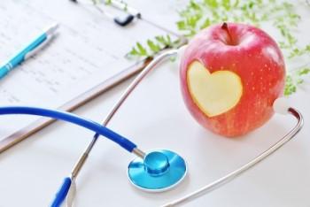 ハートの模様を入れたリンゴと青い聴診器