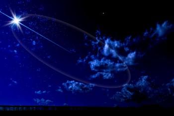 青い夜空に光る星の風景