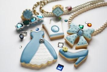 水色のおもちゃのアクセサリーとドレスやハイヒールの形のクッキー