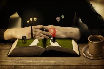 開いた本の上に広がる、街頭と傘をさした女の子の情景
