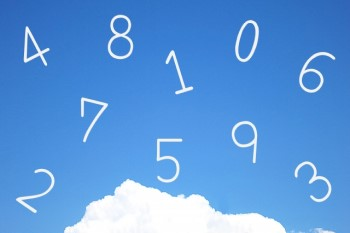 青空に浮かぶ1,2,3などの白い数字