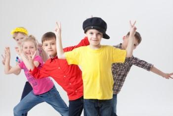 ピースサインをしながら笑う5人の子ども達