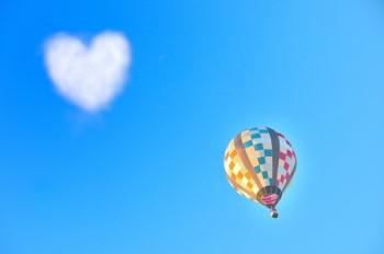 青空にハート型の雲と気球