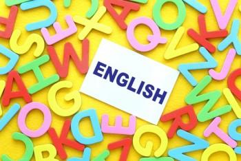 たくさんのアルファベットの形のマグネットとENGLISHのメモ
