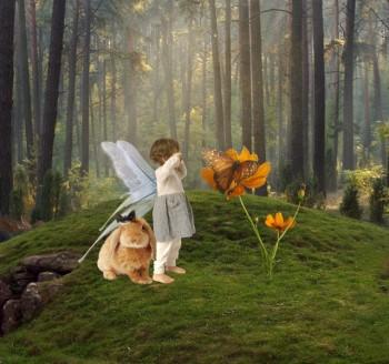 森で泣いている妖精の子どもとうさぎ
