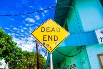 外国の「行き止まり」の看板と青い空
