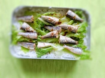 四角い飯ごうで炊いたご飯。レタスとオイルサーディンのせ。