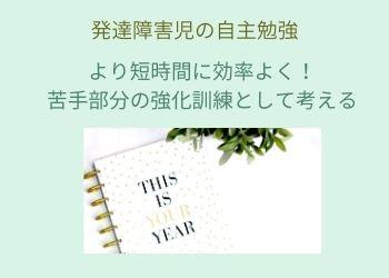 ペパーミントグリーンの背景に白いノートと観葉植物