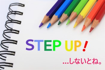 白いスケッチブックの上に並ぶ7色の色鉛筆