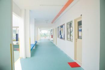 外国のカラフルな小学校の廊下