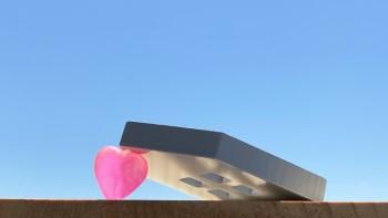 ピンクのハートに倒れかかるおうちのミニチュア