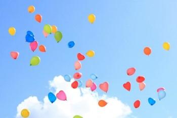 青空一面に広がる色とりどりの風船