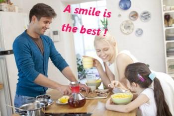 笑顔で食卓を囲む親子